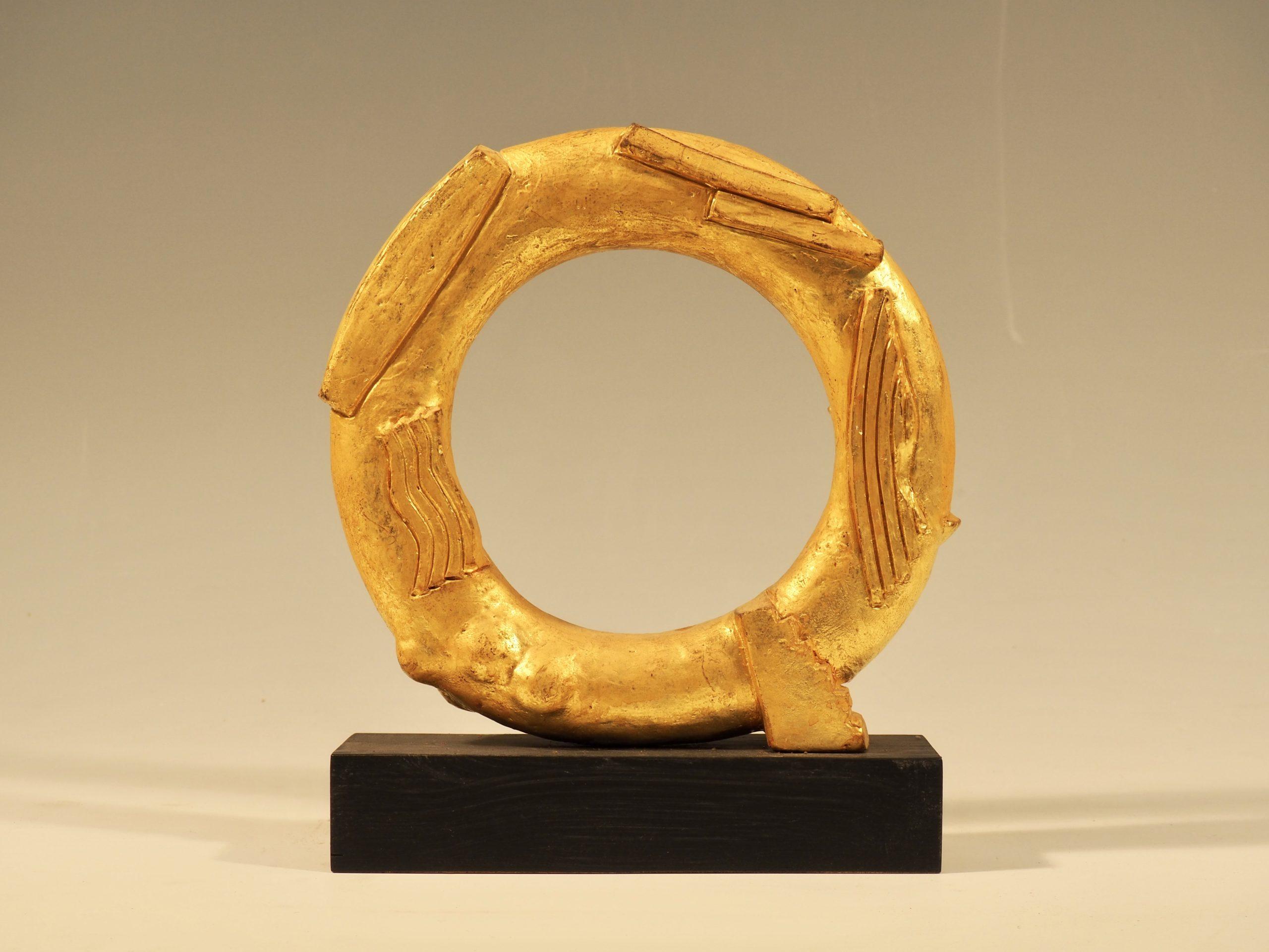 Gylden ring, Gips med bladguld, 21x21x4.5 cm, Pris 7.000 Kr.