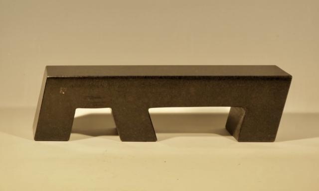 Model af bænk II, Sort granit, 10.5x40x7, Pris 8.000 Kr.
