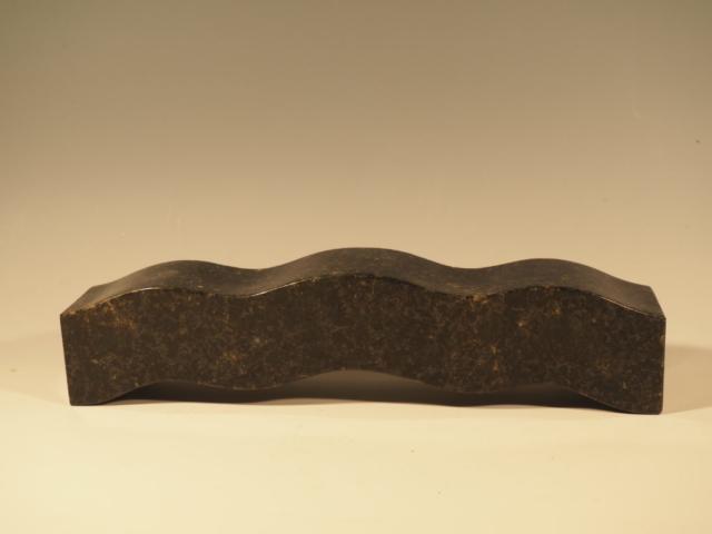 """""""Bølge"""" Model af bænk, Mørk granit, 11.5x48x8, Pris 10.000 Kr."""
