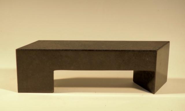 Model af bænk III, Sort granit, 10x33.5x7, Pris 7.000 Kr.