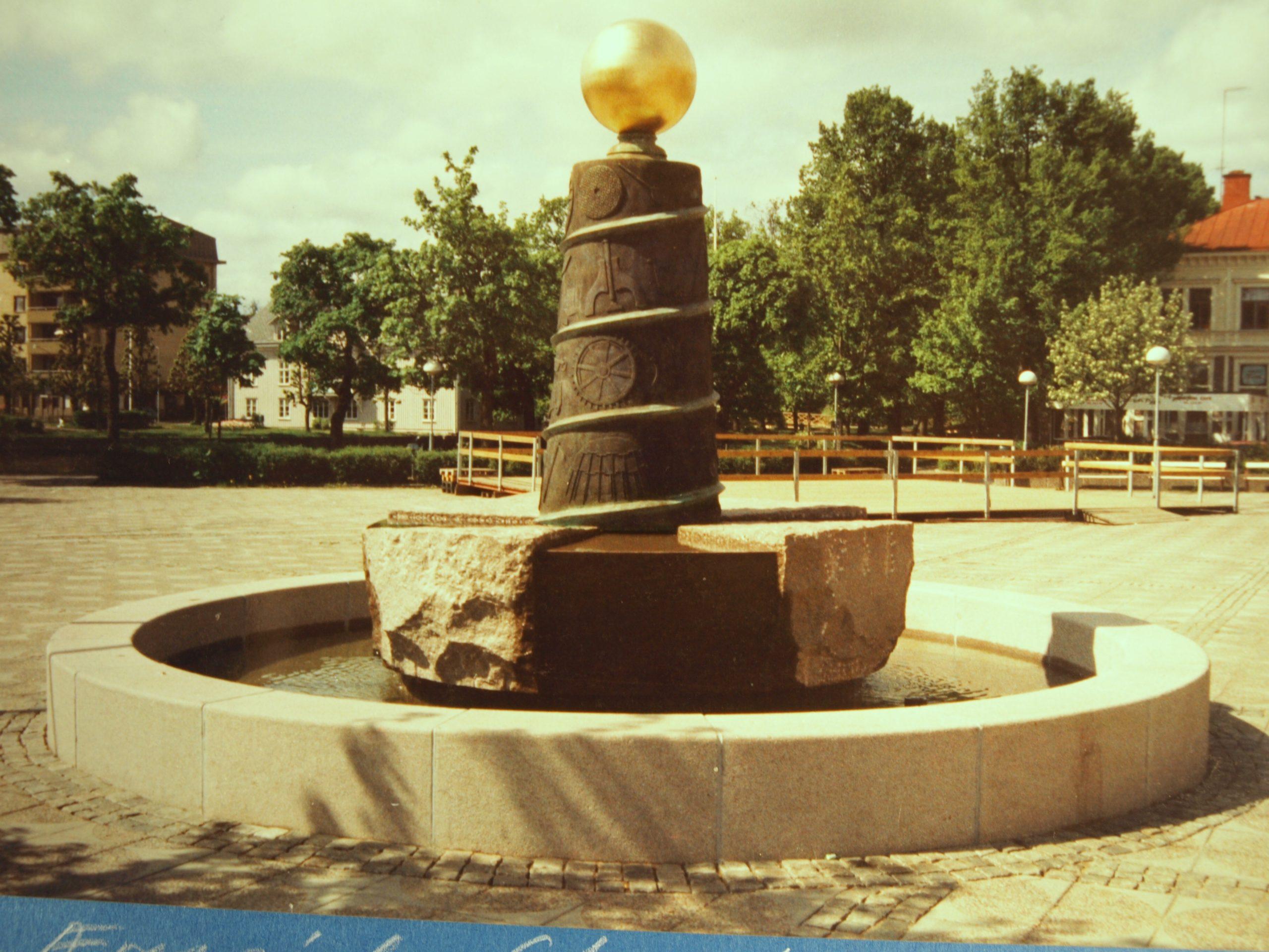 Til arbejdets ære. Torvet, Filipstad, Sverige. 1995